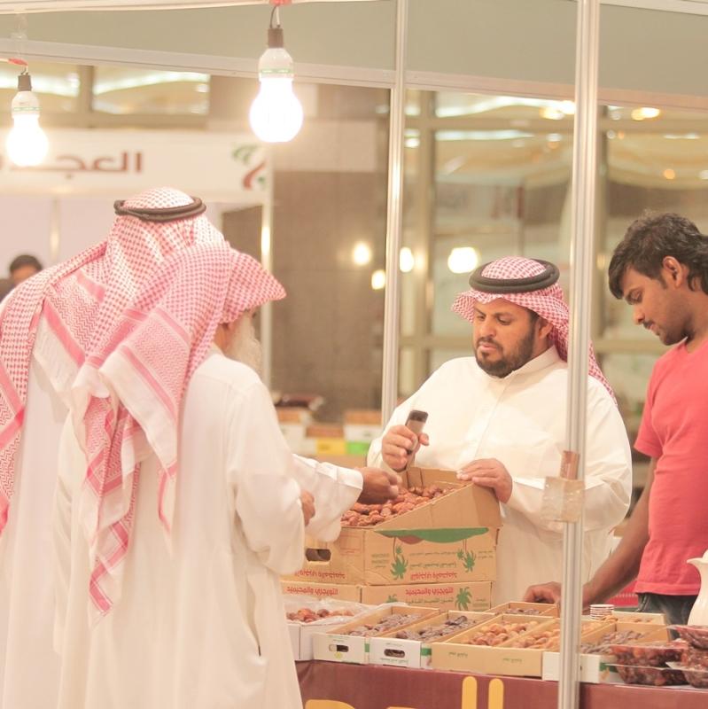 مبيعات التجار بمهرجان قوت للتمور في بريدة (372252767) 