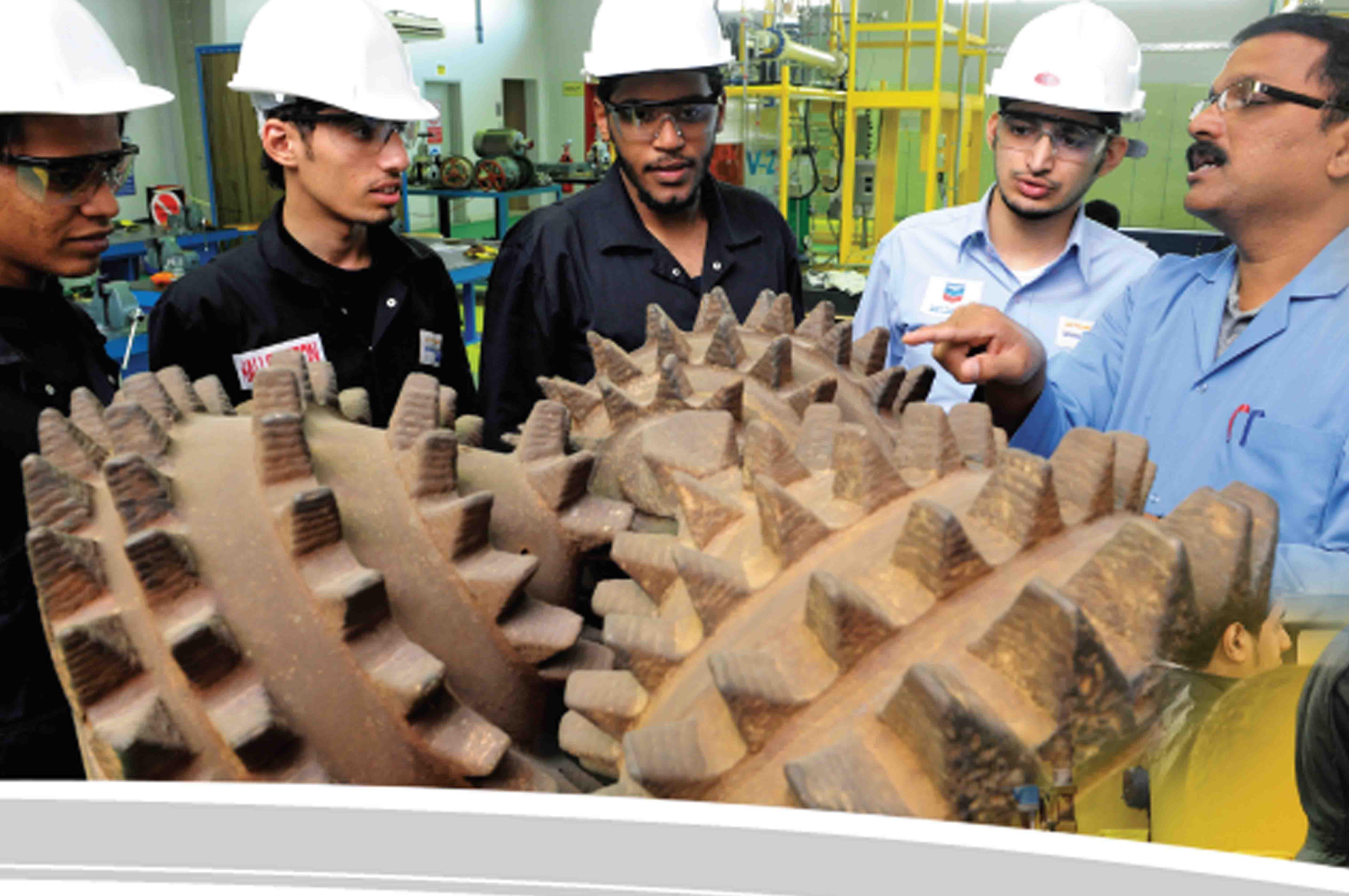 متدربون بالمعهد التقني السعودي لخدمات البترول بالدمام