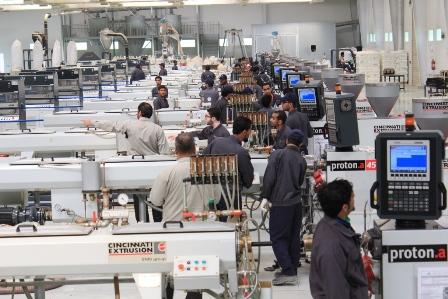 متدربون يعملون على تشغيبل وصيانة أجهزة متنوعة بإحدى الكليات التقنية