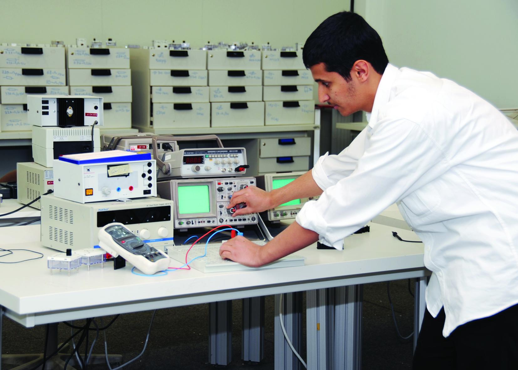 متدرب يتابع عمله التطبيقي في إحدى الكليات التقنية