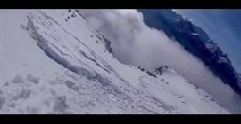 شاهد.. متزلج يرصد لحظة انهيار الجليد بكندا