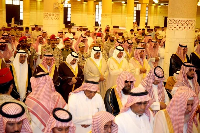 متعب بن عبدالله يؤدي صلاة الميت على الأمير عبدالعزيز بن عياف