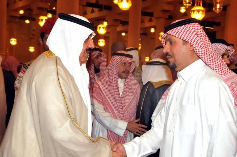 متعب بن عبدالله يؤدي صلاة الميت على الأمير عبدالعزيز بن عياف1
