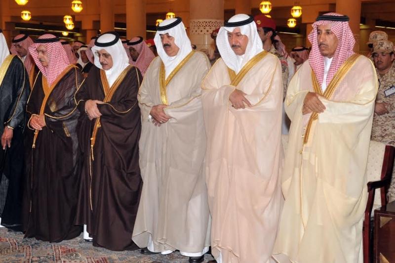متعب بن عبدالله يؤدي صلاة الميت على الأمير عبدالعزيز بن عياف2