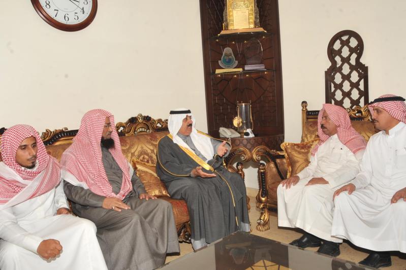 متعب بن عبدالله يؤدي صلاة الميت على الشهيدين الشهري و الطوب