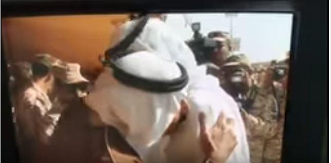 متعب بن عبدالله يقبل كتف جندي فقد ذراعة