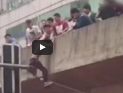 شاهد .. محاولة إنقاذ فاشلة لمتهور صيني تتسبب في سقوطه من ارتفاع 10 أمتار