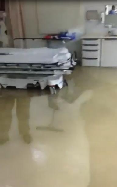 مجمع الملك عبدالله الطبي يغرق في #أمطار_جدة