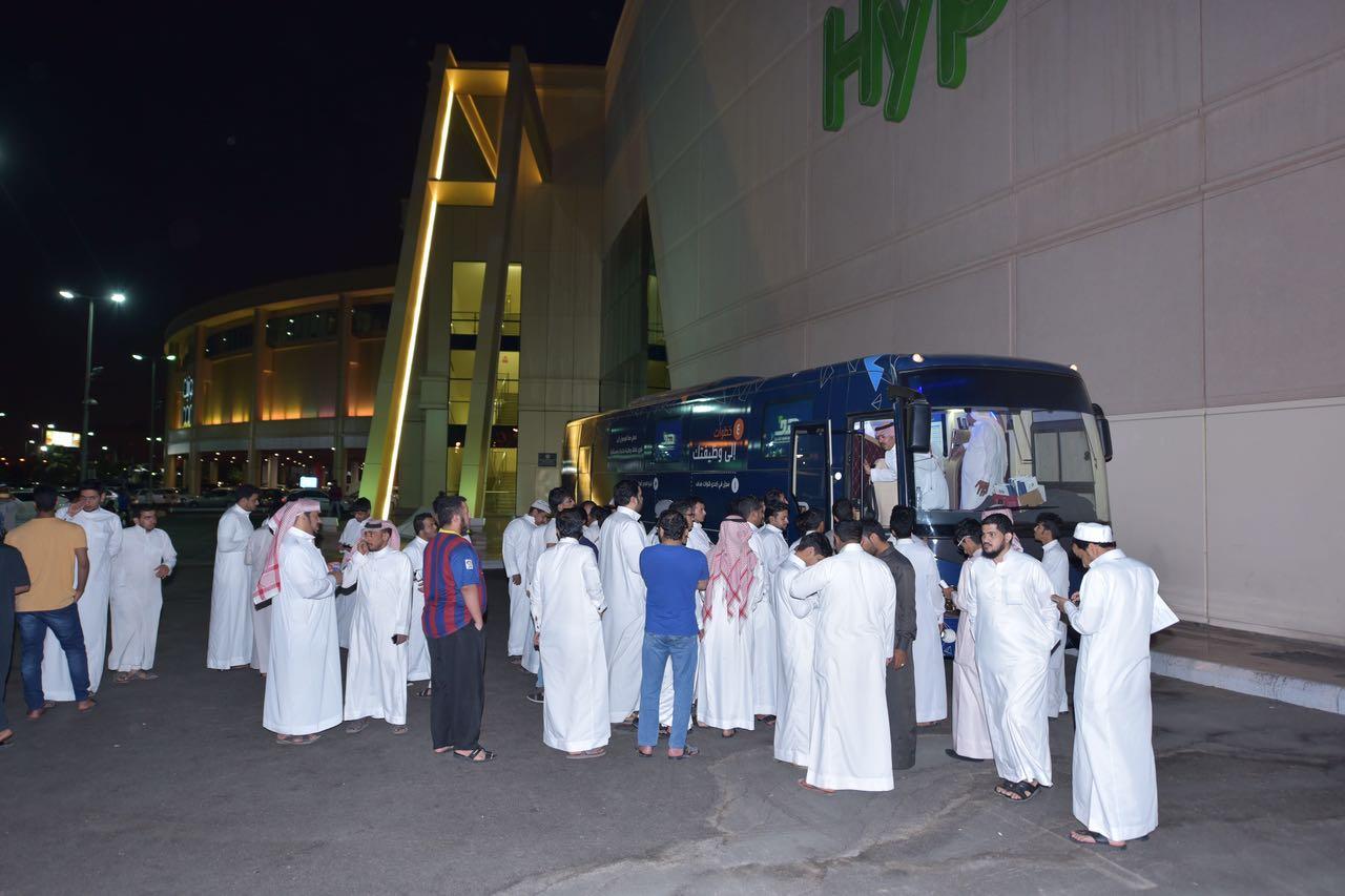 مجموعة من الباحثين عن العمل يقفون امام فرع هدف المتنقل بالمدينة المنورة للاطلاع على الخدمات التي يوفرها