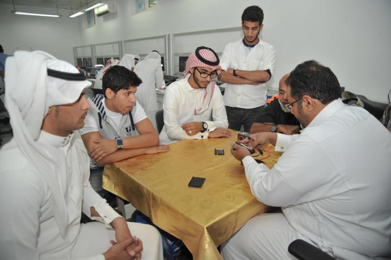 مجموعة من المتدربين المشاركين في برامج الاتصالات