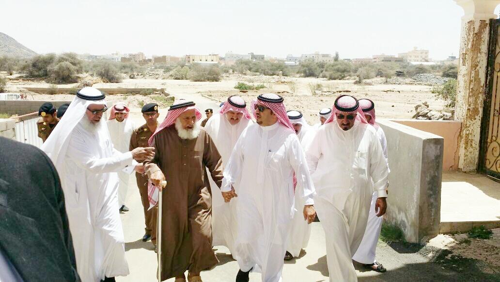 محافظ احد رفيدة سعيد بن علي بن دلبوح يتفقد مواقع تضرر الامطار (1)
