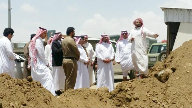 محافظ احد رفيدة سعيد بن علي بن دلبوح يتفقد مواقع تضرر الامطار (2)