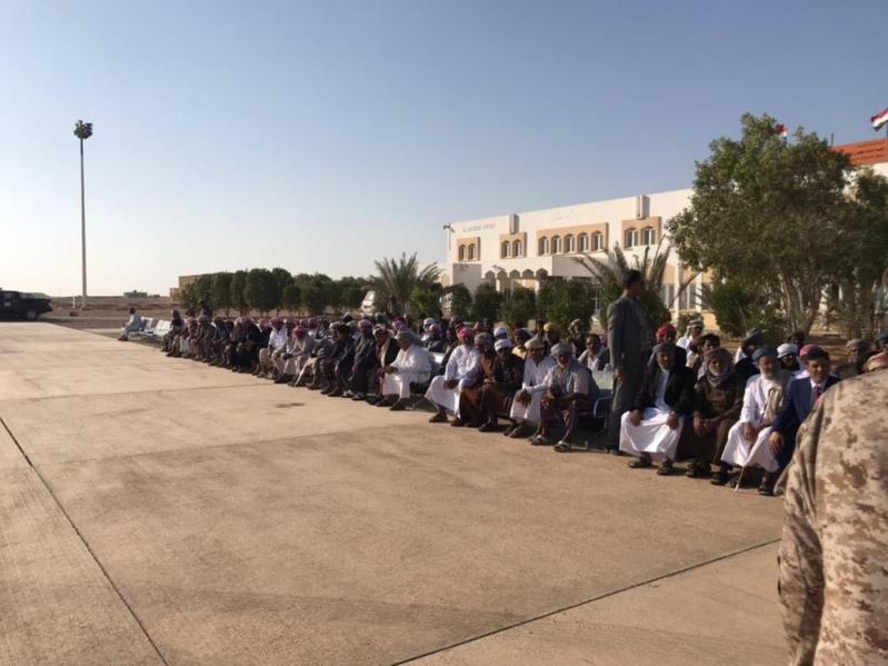 بالصور.. محافظ المهرة اليمنية يتسلم قافلة مساعدات ودعم مُقَدَّمة من المملكة