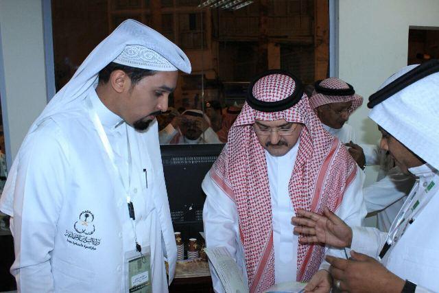 بالصور .. محافظ جدة يزور معرض وزارة الشؤون الاجتماعية ويعلن تبني أسر منتجة - المواطن