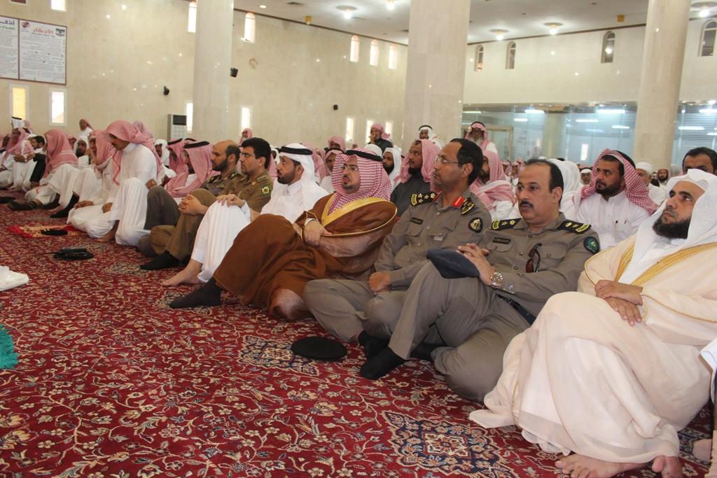 محافظ محايل محمد بن سعود أبونقطة المتحمي يتقدم المصلين لصلاة الاستسقاء (1)