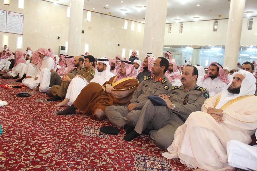 محافظ محايل محمد بن سعود أبونقطة المتحمي يتقدم المصلين لصلاة الاستسقاء (2)