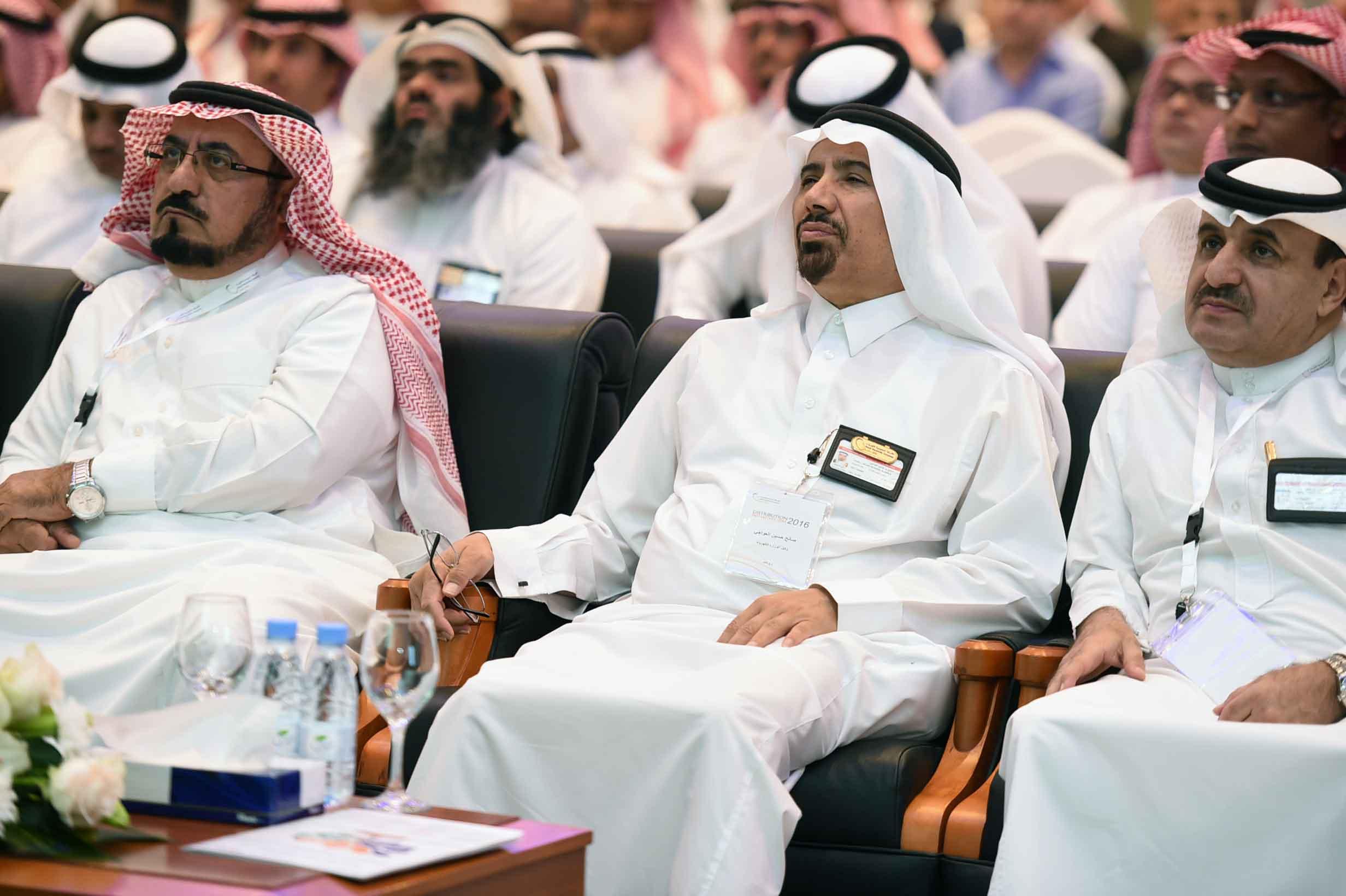 محافظ هيئة تنظيم الكهرباء ووكيل وزارة المياه والكهرباء أثناء حضورهم للملتقى