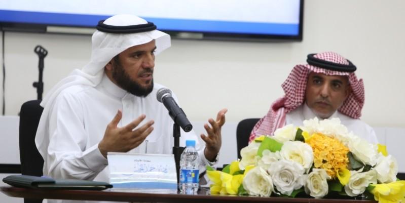محمد الخميس متحدثا خلال المؤتمر الصحفي
