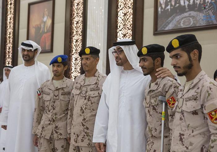 محمد بن زايد يكرم جندياً شارك وأبناؤه الثلاثة في التحالف العربي (1)