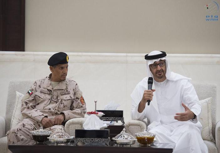 محمد بن زايد يكرم جندياً شارك وأبناؤه الثلاثة في التحالف العربي (2)