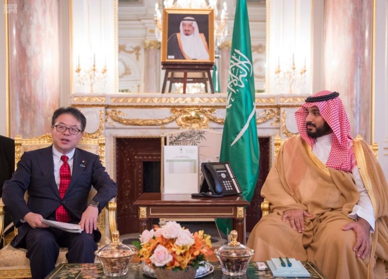 محمد بن سلمان مع وزير الاقتصاد الياباني