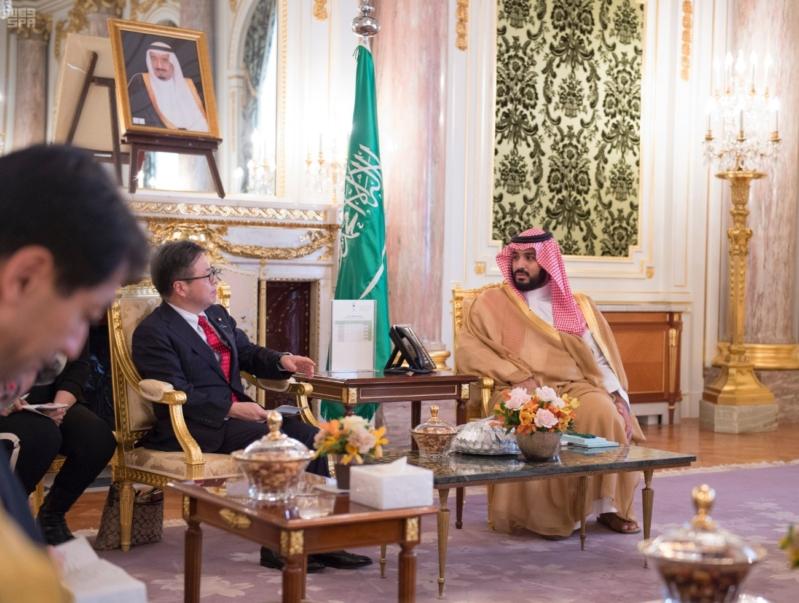 محمد بن سلمان مع وزير الاقتصاد الياباني1