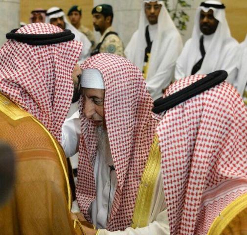 محمد-بن-سلمان-يقبل-رأس-المفتي