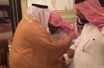 بالصور.. محمد بن عبدالرحمن يزور الشيخ الشثري للاطمئنان على صحته - المواطن