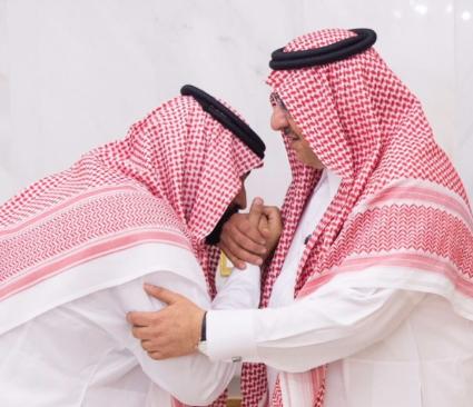 بالصورة .. محمد بن نايف أول المبايعين لمحمد بن سلمان بولاية العهد
