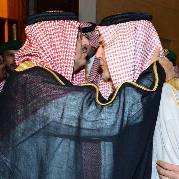 محمد بن نايف يقبل