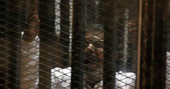 محمد مرسي داخل القفص الزجاجي
