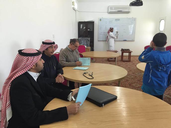 مخاطر الأجهزة الالكترونيه بجلسة طبيه  بمدرسة خبيب بن عدي الابتدائيه بخميس مشيط 3