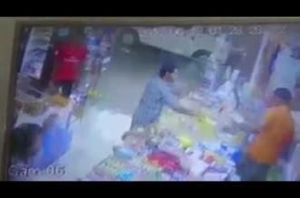 شاهد.. شاب يتهجم على عامل بقالة بسبب عدم وجود دخان! - المواطن