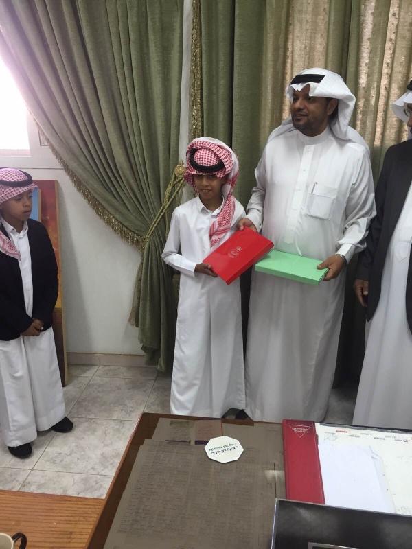 مدرسة بـ #أبها تكرّم والد وأشقاء أحد شهداء #الحد_الجنوبي (2)