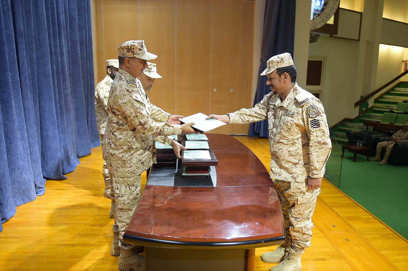 مدرسة-سلاح-الاشارة-بالحرس-الوطني-تخريج-دورات-تدريبية (1)