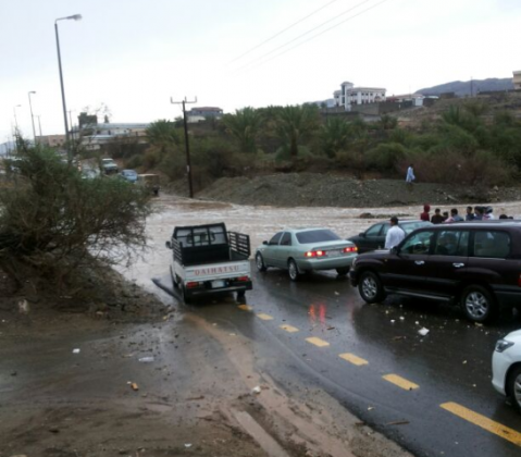 مدني-الباحة-ينقذ-اشخاص-من-الامطار 1