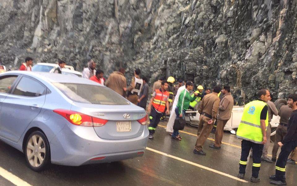 مدني الباحة ينقذ 10 طالبات وسائقهن بسيول الباحة (10)
