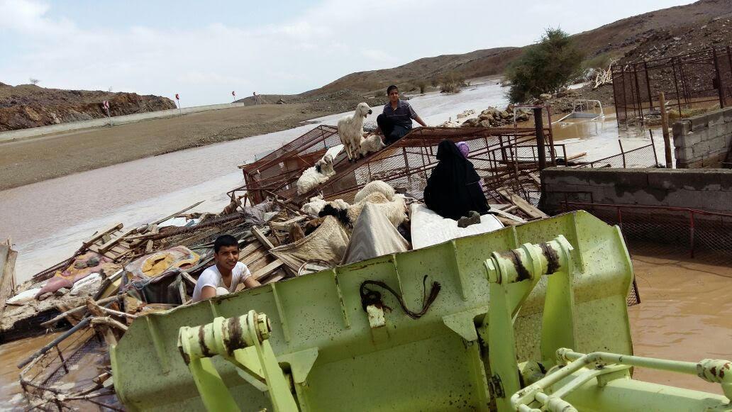 مدني الباحة ينقذ 10 طالبات وسائقهن بسيول الباحة (4)