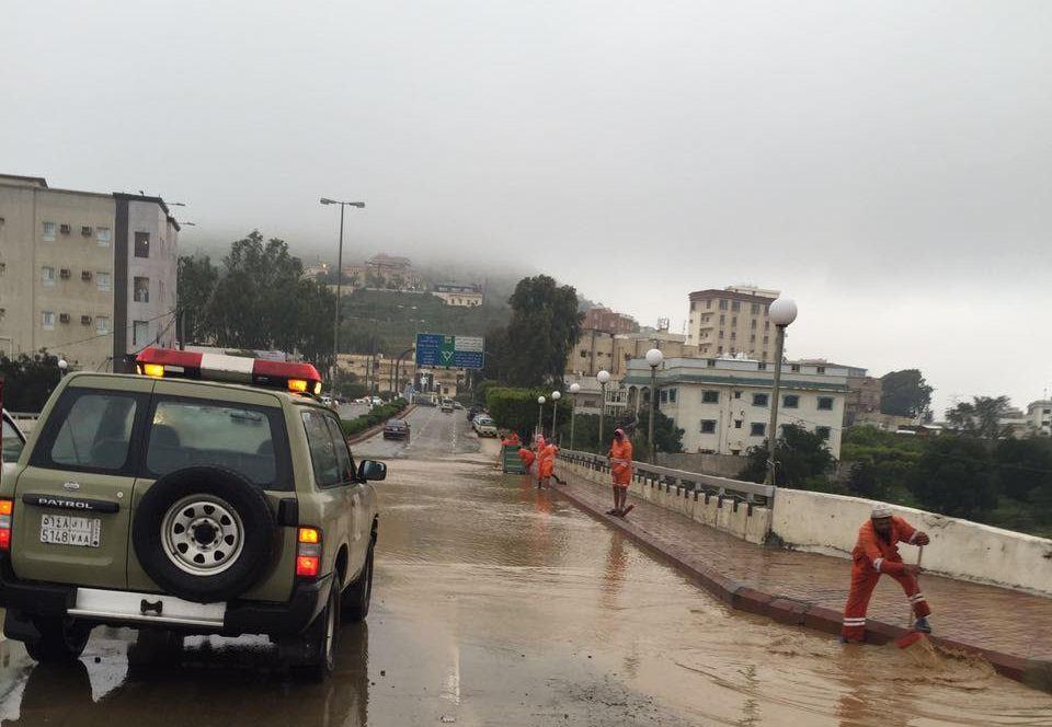 مدني الباحة ينقذ 10 طالبات وسائقهن بسيول الباحة (6)