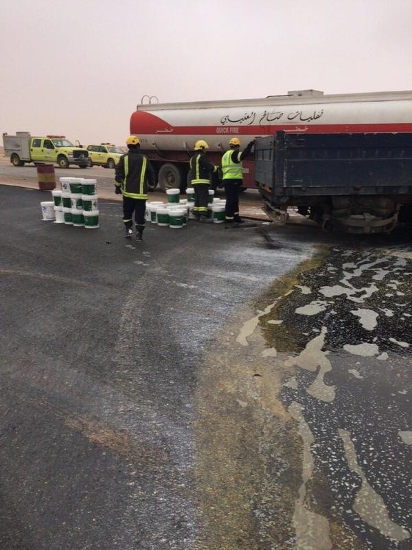 مدني العويقيلة يباشر حادث تصادم شاحنتين (1)