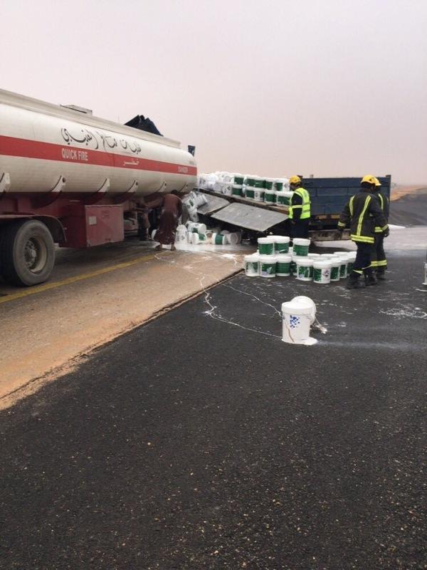 مدني العويقيلة يباشر حادث تصادم شاحنتين (2)