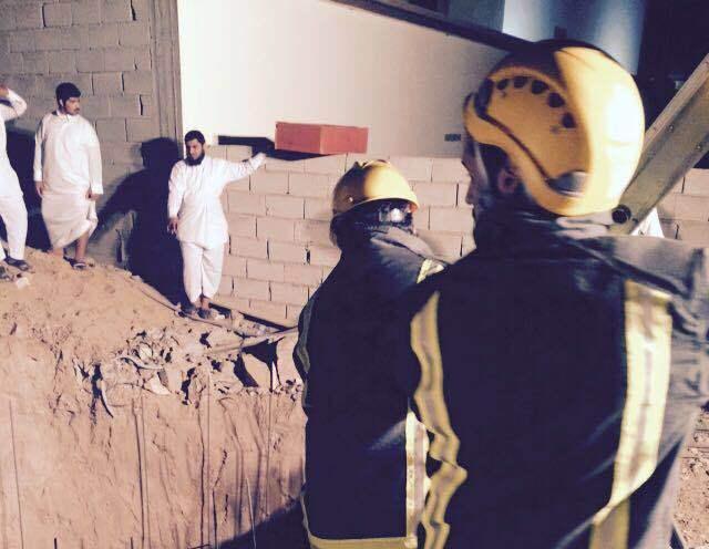 مدني بيشه ينقذ شاب سقط بخزان تحت الانشاء (2)