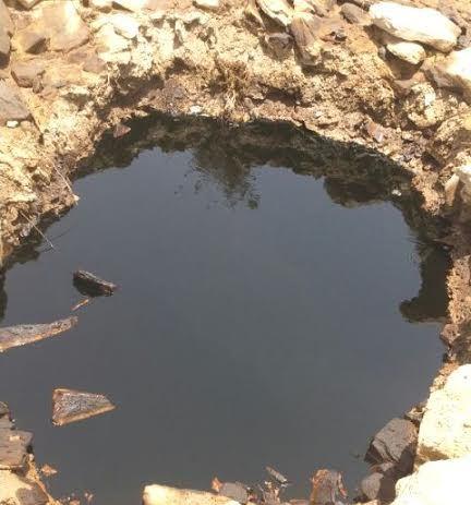 مدني تنومة يسيج موقع تسرب النفط والبلدية تواصل الشفط (2)
