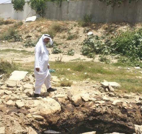 مدني تنومة يسيج موقع تسرب النفط والبلدية تواصل الشفط (3)