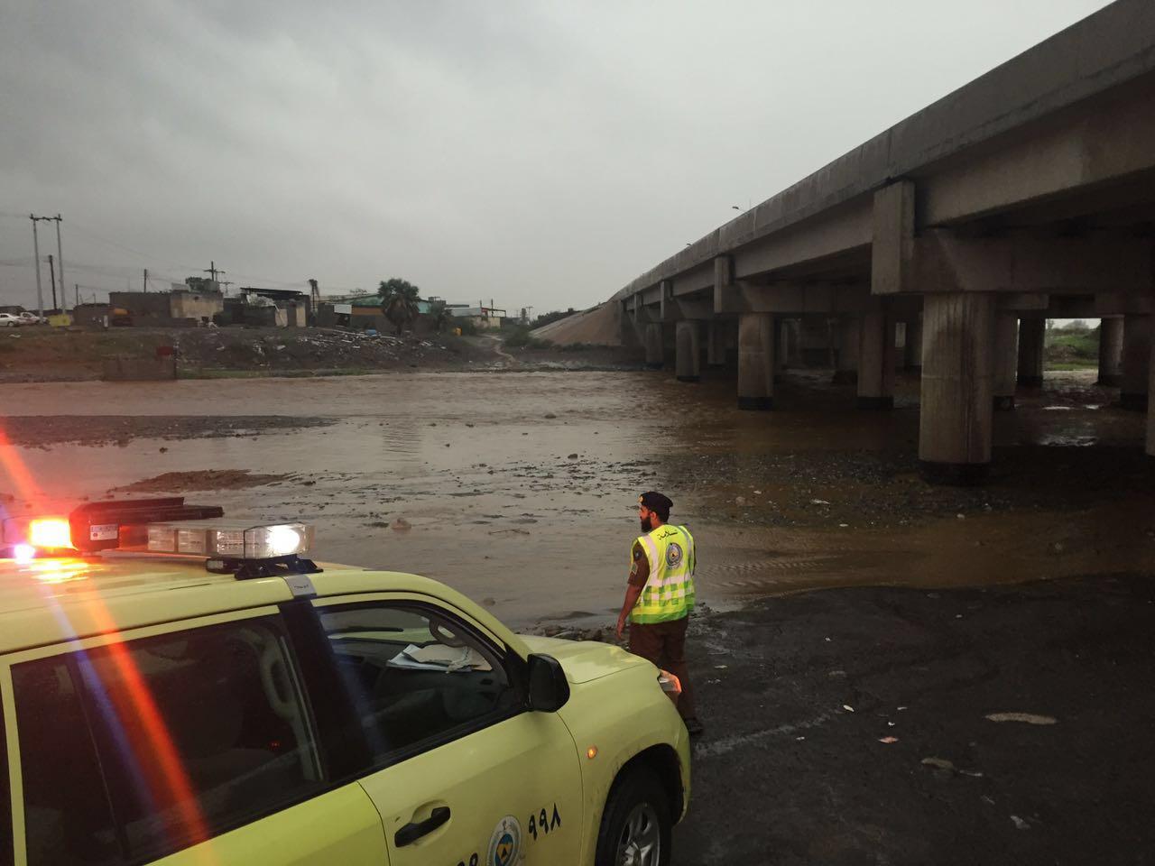 احتجاز وتضرر مركبات بجازان جراء الأمطار والسيول والمدني يحذر