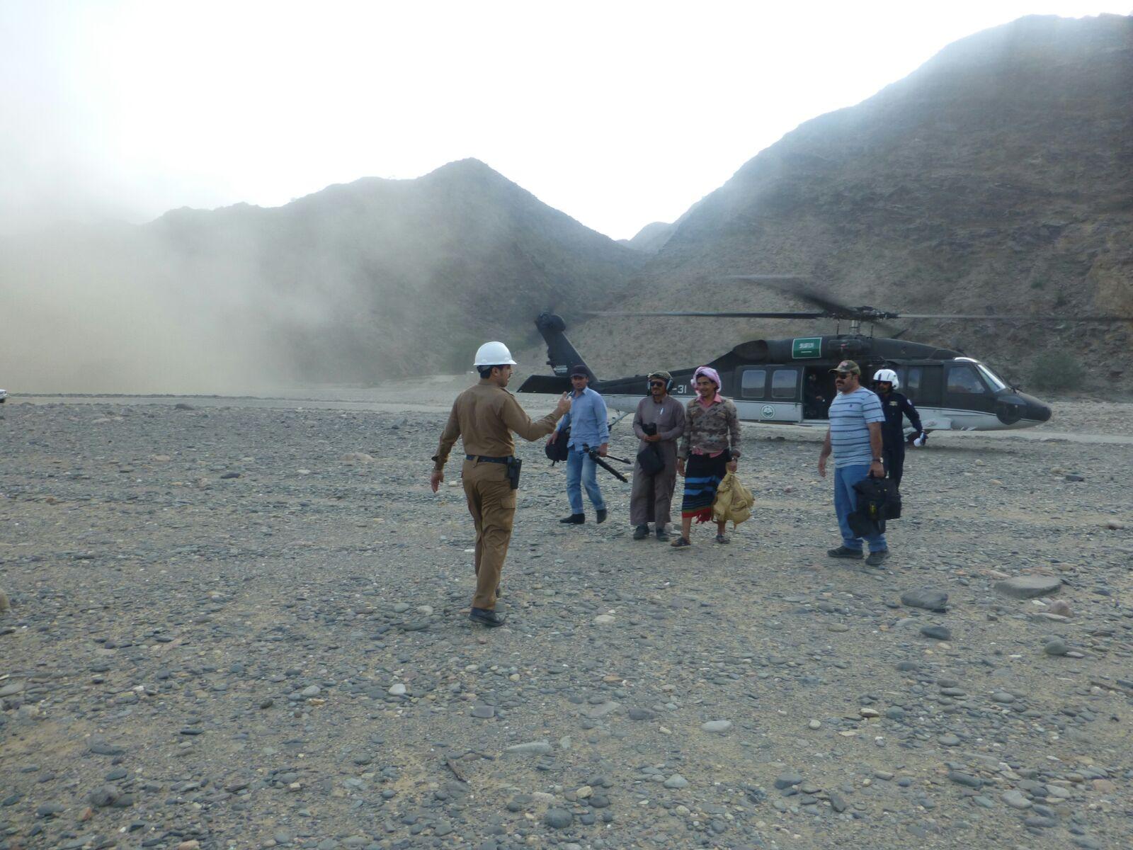 مدني #جازان يعثر على 4 تائهين بجبال القهر (2)