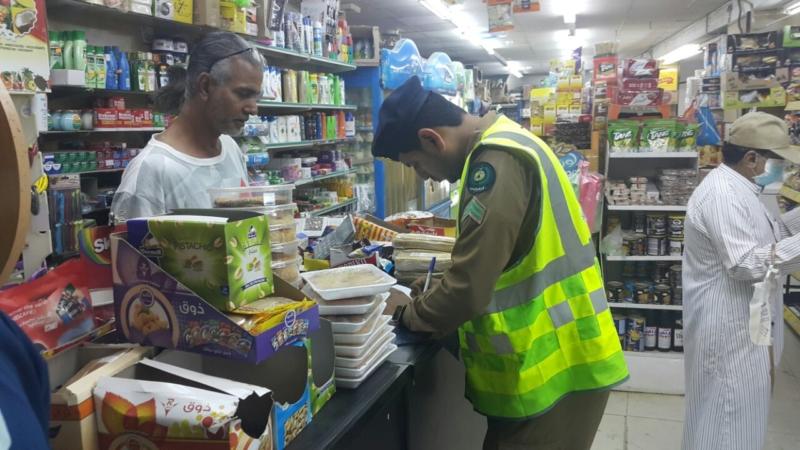 مدني جازان يكثف حملاته التفتيشية على المحال التجارية (366488209) 
