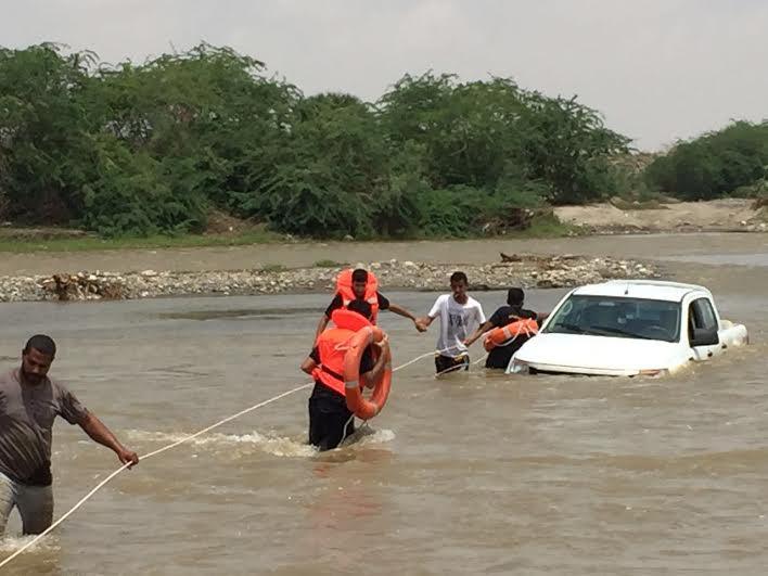 مدني جازان ينتشل غريقين وينقذ 4 أشخاص احتجزوا بداخل مركبة
