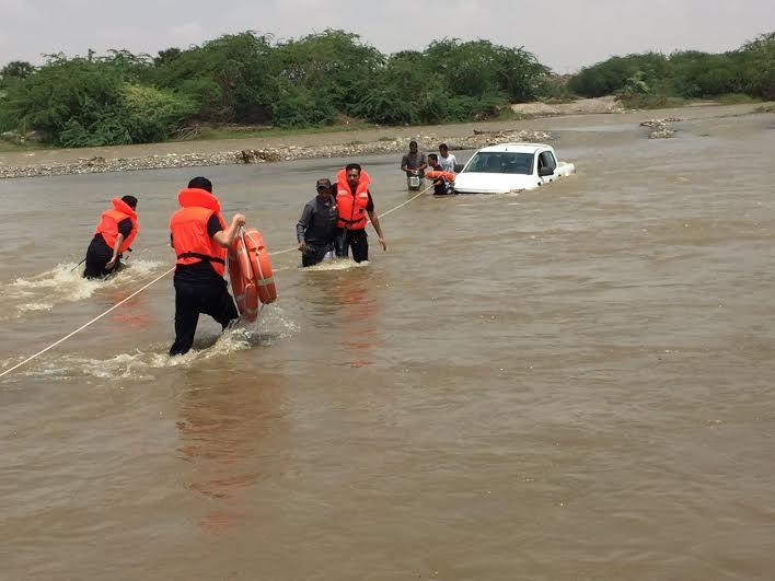 مدني جازان ينتشل غريقين وينقذ 4 أشخاص احتجزوا بداخل مركبة 2
