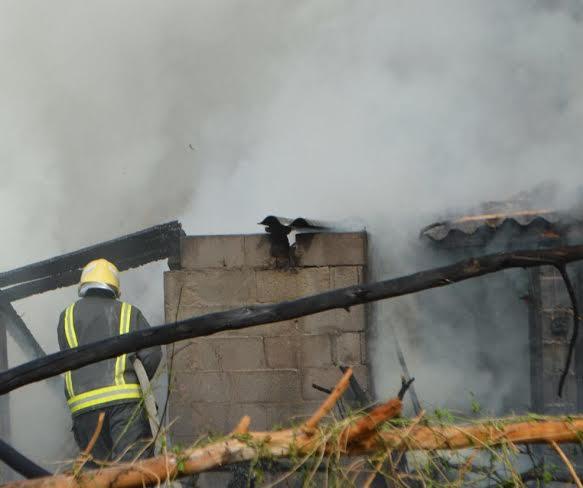 مدني جدة يُخمد حريقاً في فناء بحي مشرفة